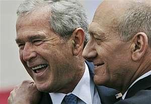 George Bush y Ehud Olmert, durante la ceremonia de bienvenida en el aeropuerto de Ben Gurion. (Foto:AP)