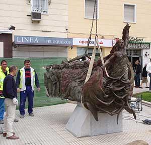 Varios operarios supervisan el acoplamiento de la escultura. (Foto: J.O.)