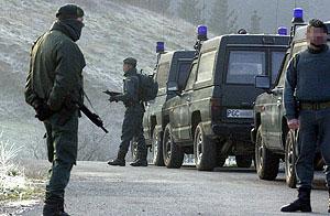 Guardias civiles realizando un control en Bilbao. (Foto: CARLOS GARCÍA)