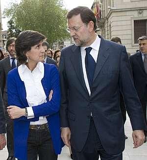 San Gil y Rajoy, tras abandonar la capilla ardiente. (Foto: EFE)