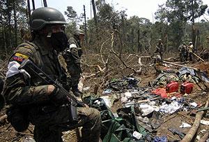 Soldados ecuatorianos custodian el campamento en el que murió Raúl Reyes. (Foto: REUTERS)