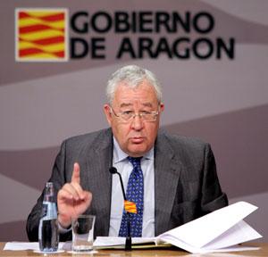 El vicepresidente del Gobierno aragonés, José Ángel Biel, en la comparecencia en la que ha anunciado el requierimiento de derogación del trasvase. (Foto: EFE)