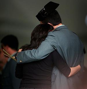 La viuda de Piñuel, abrazada por un guardia civil. (Foto: AP)