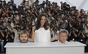 Angelina Jolie (centro), con Jack Black (izda.) y Dustin Hoffman. (Foto: AP)
