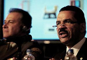 El secretario general de Interpol (derecha), presenta el informe junto al director de la Policía colombiana. (Foto: EFE)