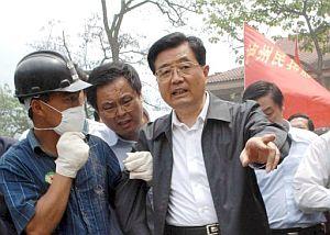 El presidente de China, Hu Jintao, visita Beichuan. (Foto: EFE)