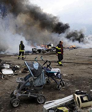 Los bomberos sofocan un incendio provocado en un campamento ilegal en Roma. (Foto: AP)