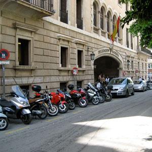 Imagen enviada por el lector enla que se pueden ver motos aparcadas frente a Hacienda. (Foto: Juan Calvo Palmer)