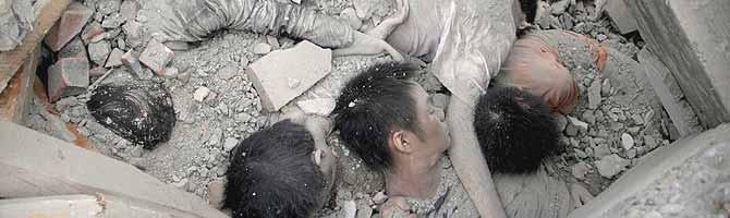 Los cuerpos semienterrados de varios alumnos en un instituto de Beichuan. (Foto: EFE)
