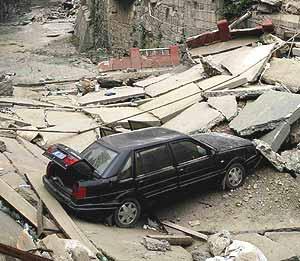 Un coche abandonado en una carretera destruida por el terremoto. (Foto: REUTERS)