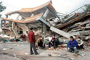 Algunas personas descansan sobre los escombros. (Foto: EFE)