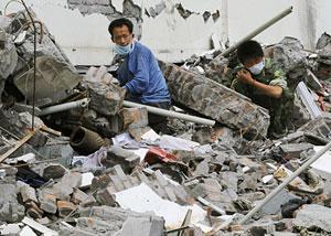 Habitantes de Wenchuan buscan entre los escombros. (Foto: AP)
