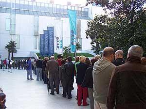 Varias personas hacen cola para entrar en el Museo Thyssen. (Foto: Diana Vázquez)