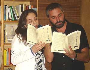 Cristina García y Ginés S. Cutillas, dos de los escritores antologados, leen un cuento dialogado durante la presentación del libro.