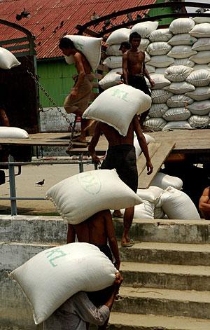 Reparto de sacos de comida en Myanmar. (Foto: AFP)
