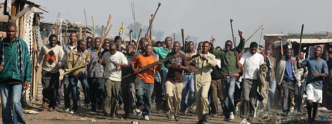 Muchedumbre armada contra inmigrantes en una barriada de Johanesburgo. (Fotos: Simphiwe Nkwali   AP)