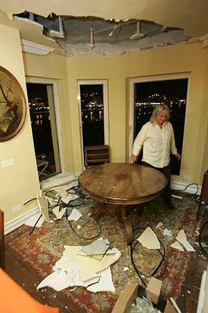 Una vecina de Getxo muestra los destrozos que causó la bomba en su casa. (Foto: C.G.)