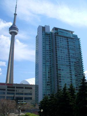 Edificios acristalados del centro de Toronto, junto a la Torre CN, de 553 mts. (FOTO: B. C.)