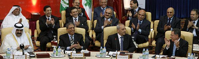De izquierda a derecha, el Emir Sheikh Hamad bin Khalifa al-Thani; el jefe de la Liga Árabe, Amr Moussa; el primer ministro libanés, Fouad Siniora, y el portavoz del parlamento libanés, Nabih Berri. (Foto: Reuters)