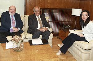 Manuel Martí (i) y Guillermo Chicote (c), de la APCE, reunidos con Corredor. (FOTO: Ch. Tejeda)