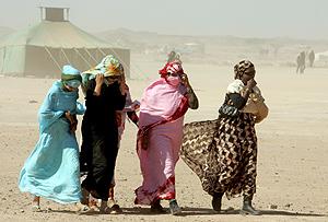 Varias mujeres caminan hacia el campo de refugiados de Tifariti. (Foto: EFE)