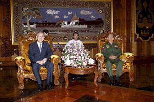 Ban Ki-Moon junto al primer ministro birmano, Thein Sein, en Yangón. (Foto: EFE)