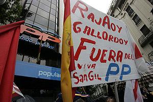 Uno de los cárteles que se portaron en la protesta en contra de Rajoy. (Foto: Diego Sinova)