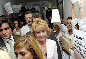 Aguirre, abucheada a su llegada al Ramón y Cajal. (EFE)
