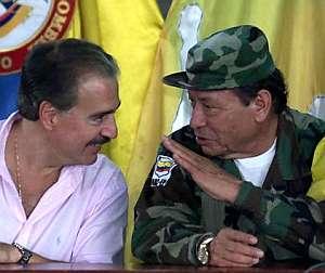 El ex presidente colombiano Andrés Pastrana conversa con Marulanda. (Foto: AFP)