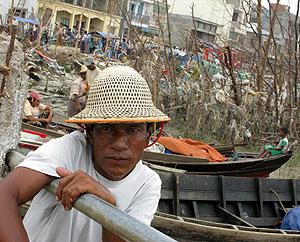 Un hombre espera a que le entreguen comida en Labutta. (Foto: EFE)