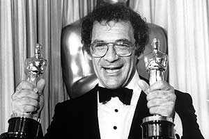 Pollack, al recibir los Oscar por 'Memorias de África'. (Foto: AP)