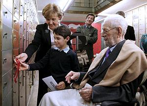 Berlanga, junto a su nieto y a la directora del Instituto Cervantes, Carmen Caffarel. (Foto: EFE)