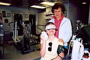 Elvira Roda, aquejada de Sensibilidad Química Múltiple, junto a su madre, en la clínica de Dallas. (Foto: EL MUNDO)