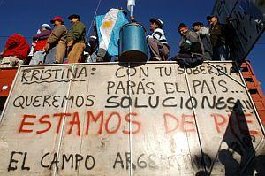Pancarta de unos agricultores en Rosario. (Foto: AFP)