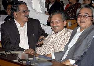 El maoísta Prachanda (izqda) sonríe junto a otros dos diputados. (Foto: EFE)