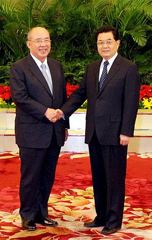 Los presidentes de los dos países, Wu y Hu, se dan la mano. (Foto: EFE)