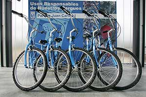 Punto de préstamo gratuito de bicicletas, en el Parque Juan Carlos I en Madrid. (Foto: Diego Sinova)