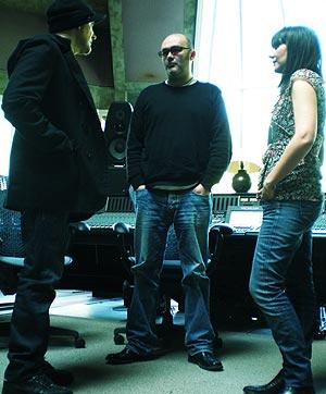 Juan y Eva junto a su productor desde 2000, Cameron Jenkins. (Foto: P. G.)