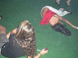Una adolescente, en el suelo totalmente ebria.