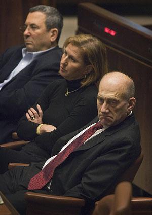 Ehud Olmert junto a Tzipi Livni y Ehud Barak, los ministros que piden su dimisión. (Foto: AP)