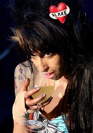 Amy Winehouse, copa en mano, durante la actuación. (Foto: AP)