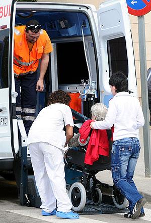Una ambulacia traslada a una paciente en una foto de archivo. (Foto: Alberto Vera)