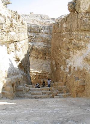Ruinas de la entrada a la cuarta pirámide en Giza. (Foto: Rosa M. Tristán)