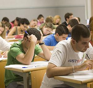 Alumnos de secundaria durante un exámen. (Foto: Mitxi)