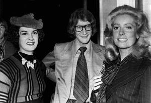 El modisto, con Paloma Picasso (izqda.) y Catherine Deneuve (dcha.) en 1971. (Foto: EFE)