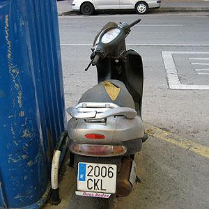 Imagen de la motocicleta abandonada de la que se queja este ciudadano.