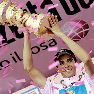 Alberto Contador levanta el trofeo de vencedor del Giro, en el podio de Milán. / ALESSANDRO GAROFALO/REUTERS