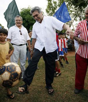 Fernando Lugo, jugando al fútbol con sus sandalias. (Foto: Reuters).