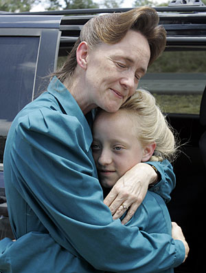 Nancy Dockstader, uno de los miembros de la secta, abraza a su hija Amy, tras reunirse. (Foto: Eric Gay | AP)