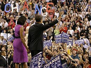 Obama saluda a sus seguidores acompañado de su mujer. (Foto: AP)